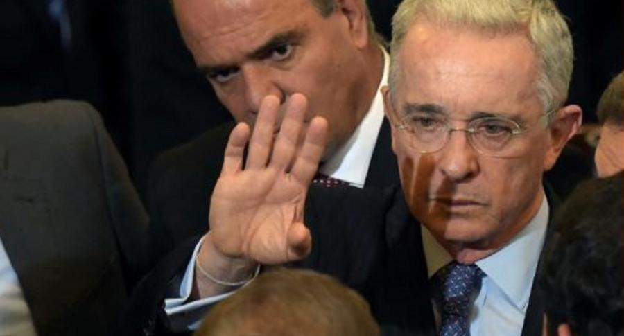 Foto de Álvaro Uribe en el Senado, y que ilustra la disculpa de colegio por profesor que le dijo delincuente