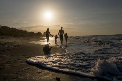 Familia disfrutando en la playa, a propósito de la semana de receso.