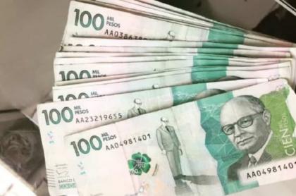Billetes de 100.000 pesos colombianos: el salario mínimo de Ginebra, Suiza, corresponde a más de 16 millones de pesos colombianos.