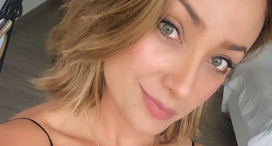 Selfi de Mónica Jaramillo, presentadora que le hizo dedicatoria a su esposa en Instagram.