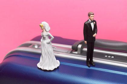 Figuras de torta de matrimonio, que representan los divorcios en aumento en Colombia.