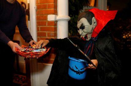 Niño disfrazado de Drácula pidiendo dulces: el comercio celebra Halloween durante todo octubre para evitar aglomeraciones la noche de los niños.