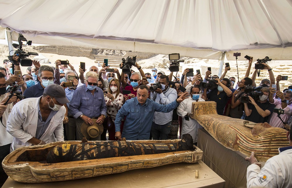 El ministro egipcio de Turismo y Antigüedades Khaled Al-Anani (derecha), y Mustafa Waziri (izquierda), Secretario General del Consejo Supremo de Antigüedades, develan una de las momias dentro de un sarcófago descubierto por la misión arqueológica egipcia.