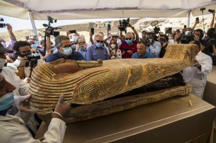 El ministro egipcio de Turismo y Antigüedades Khaled Al-Anani (derecha), y Mustafa Waziri (izquierda), Secretario General del Consejo Supremo de Antigüedades, develan una de las momias intactas dentro de uno de los 59 sarcófagos, con más de 2.500 años de antigüedad, descubiertos en El Cairo, Egipto.