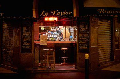 Cierran bares en París durante 15 días, por rebotes de COVID-19