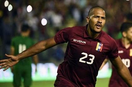 Salomón Rondón celebrando un gol con Venezuela, quien no estará en el partido contra Colombia de las Eliminatorias