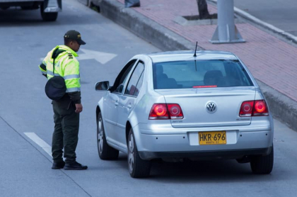Imagen de carro detenido por policía en Bogotá para ilustrar nota sobre el fin de los comparendos pedagógicos por pico y placa
