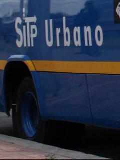 Bus de SITP se volcódespués de estrellarse con dos taxis