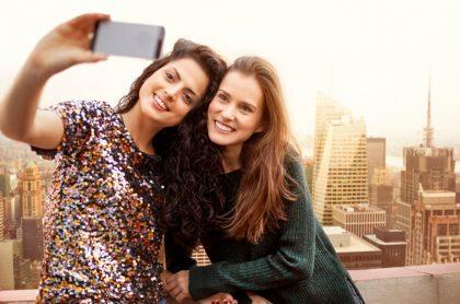 Jóvenes se toman una selfie en una azotea, ilustra nota de universitarias que se cayeron desde un cuarto piso