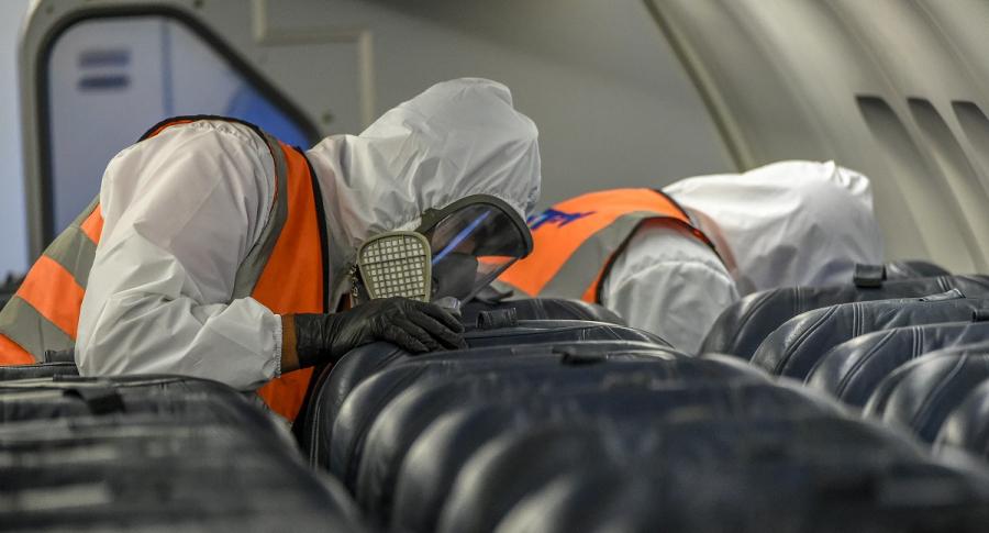 Desinfección de avión. Mujer y su hijo llegaron contagiados a Colombia desde Cancún.