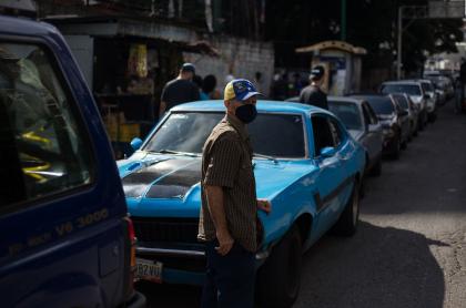 Fila de carros en Caracas esperando abastecerse de gasolina dependiendo del número de su matrícula.