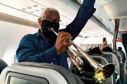Un trompetista y varios otros músicos dieron concierto con instrumentos de viento dentro de un avión de Avianca.