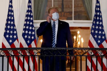 Donald Trump usando tapabocas, quien volvió a ser censurado por desinformar sobre el COVID-19