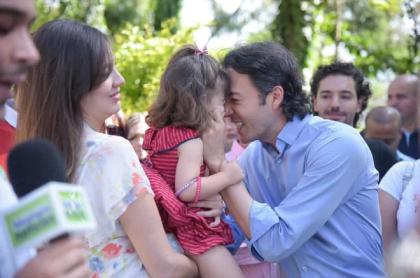 El alcalde de Medellín, Daniel Quintero Calle, con su esposa Diana Osorio, y su hija, Maía.