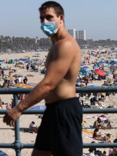 La playa de Santa Mónica, en California, durante la pandemia de COVID-19.