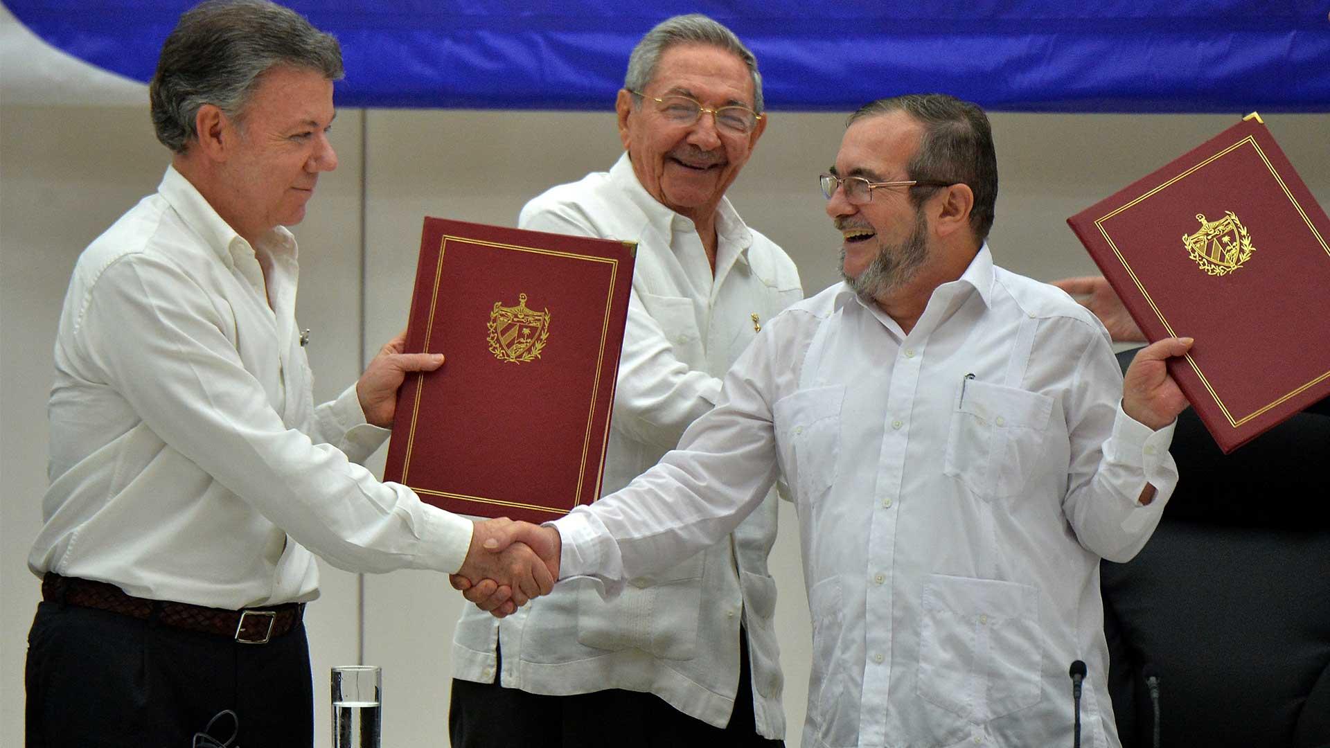 Juan Manuel Santos y alias 'Timochenko' firman el acuerdo de Paz para dar fin a 50 años de conflicto armado.