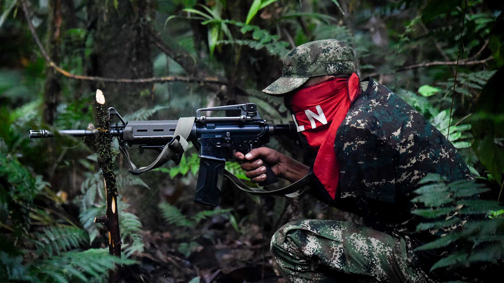 Foto de un guerrillero del Eln, uno de los grupos responsables del conflicto armado en Colombia.