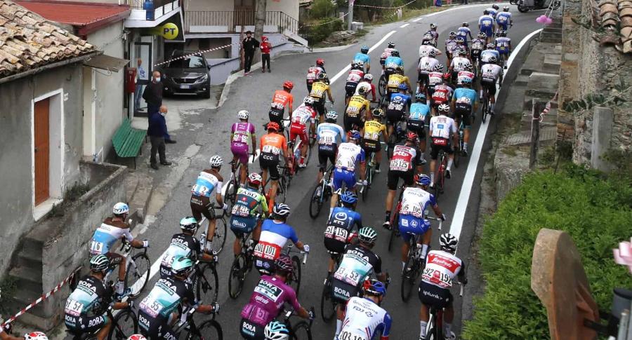 Pelotón del Giro de Italia en la etapa 10. Imagen de referencia.