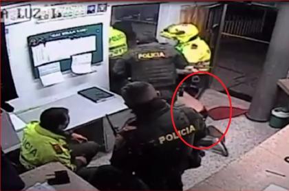 Video muestra que policías arrastraron a Javier Ordóñez en el CAI Villa Luz, en Bogotá