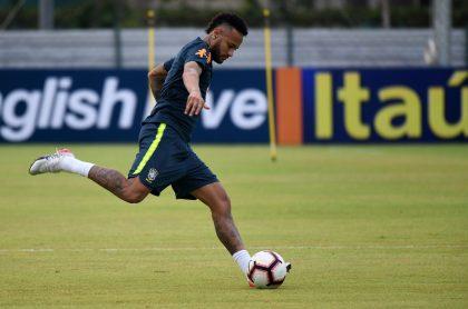 Neymar salió del entrenamiento de Brasil con dolor