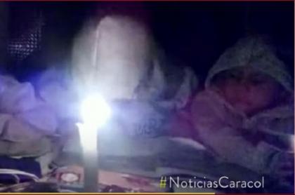 Niños estudian alumbrados con velas y gobernador de Boyacá promete llevarles servicio de energía