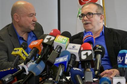 Carlos Antonio Lozada y Rodrigo Londoño, cuyo partido Farc se atribuye el asesinato de Álvaro Gómez Hurtado, durante una rueda de prensa en Bogotá, en 2019.