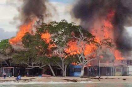 Imagen del momento en que kioscos turísticos se incendiaron en Cartagena