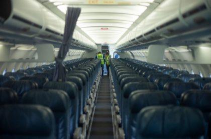 Sillas de avión antes de despegar: radicaron proyecto que les permitiría a pasajeros ceder sus tiquetes aéreos sin multas.