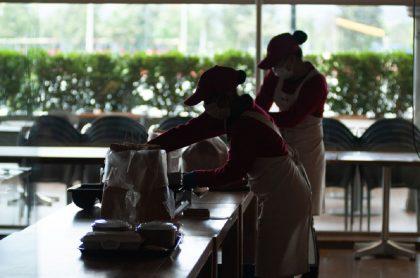 Mujeres trabajando en cafetería de Bogotá: extendieron el subsidio a la nómina hasta marzo y lo ampliaron al 50 % a las mujeres trabajadoras.