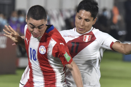 Paraguay's Miguel Almiron (L) and Peru's Raul Ruidiaz vie for the ball during their 2022 FIFA World Cup South American qualifier football match at the Defensores del Chaco Stadium in Asuncion on October 8, 2020, amid the COVID-19 novel coronavirus pandemic. (Photo by Norberto DUARTE / AFP)