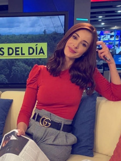 Alejanadra Giraldo, quien contó que sus cicatrices de las piernas fueron por una bomba en Medellín, en foto en el set de Noticias Caracol.