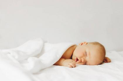 Foto de un bebé dormido ilustra nota sobre cómo respirar como un bebé para reducir el estrés.