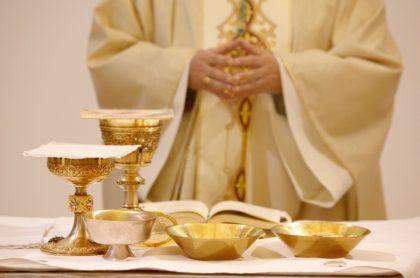 Sacerdote, que ilustra nota de cura que fue pillado teniendo trío sexual en pleno altar