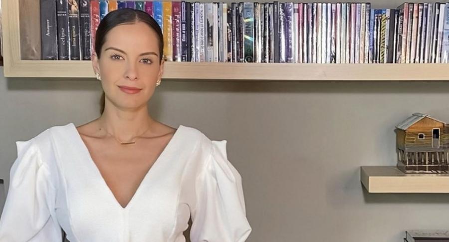 Laura Acuña, presentadora que dice que su hijo Nicolás se parece a ella, presentando 'El semáforo' de RCN desde casa.