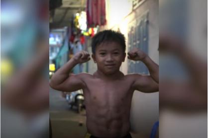 Foto de niño vietnamita que, por una rara condición, parece fisicoculturista profesional.