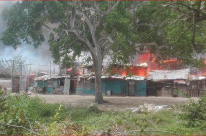 12 kioscos terminaron en cenizas en Playa Blanca, en Cartagena, y 4 personas fueron detenidas