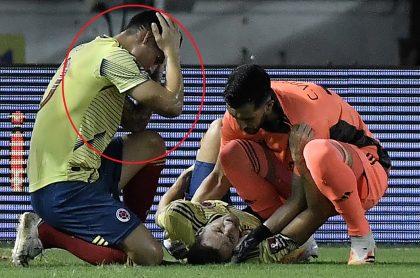 James Rodríguez lamentando la lesión de Santiago Arias en Colombia vs Venezuela