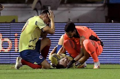 James Rodríguez y Camilo Vargas consuelan a Santiago Arias apenas sufrió una fuerte lesión en el partido contra Venezuela.