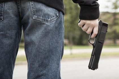 Imagen de persona con arma ilustra nota sobre ataque de sicarios en Soledad, Atlántico