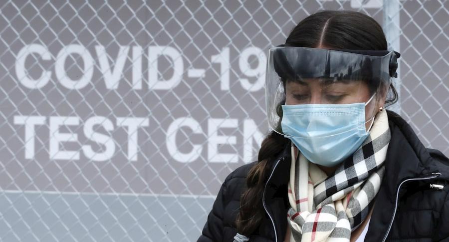 Coronavirus en Colombia: casos y muertos hoy octubre 11, mujer con careta y tapabocas
