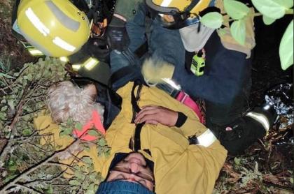 Hombre es rescatado por el Cuerpo de Bomberos en el cerro La Cruz de Bogotá.