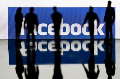 Logo de Facebook con siluetas humanas superpuestas.