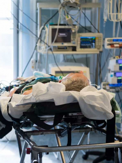 Hombre en cuidados intensivos debido al coronavirus.