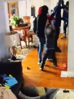 Niño de 5 años ataca a ladrones y evita que roben su casa.