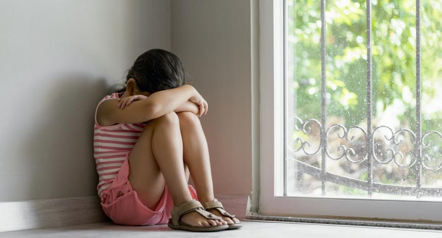 Niña llorando en el piso. Hombre engañó a su hermana para violarla