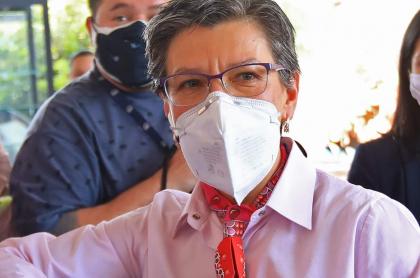 Claudia López, que advierte sobre riesgos por llegada de minga indígena a Bogotá, saluda durante un evento en Bogotá el 1 de septiembre de 2020.