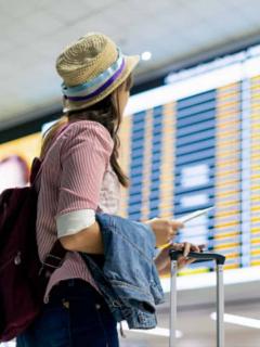 Imagen ilustrativa de viajero y tiquetes en Colombia.