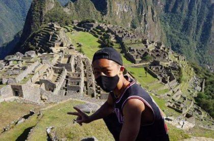 Jesse Takayama, turista japonés, visitando Machu Picchu (Perú).
