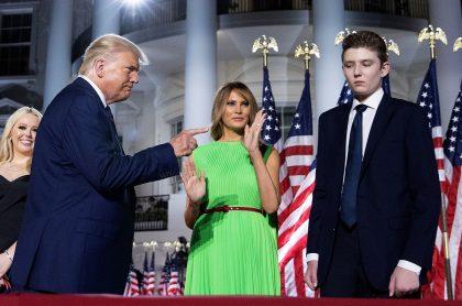 Donald, Melania y Barron Trump en medio de un evento público en la Casa Blanca.