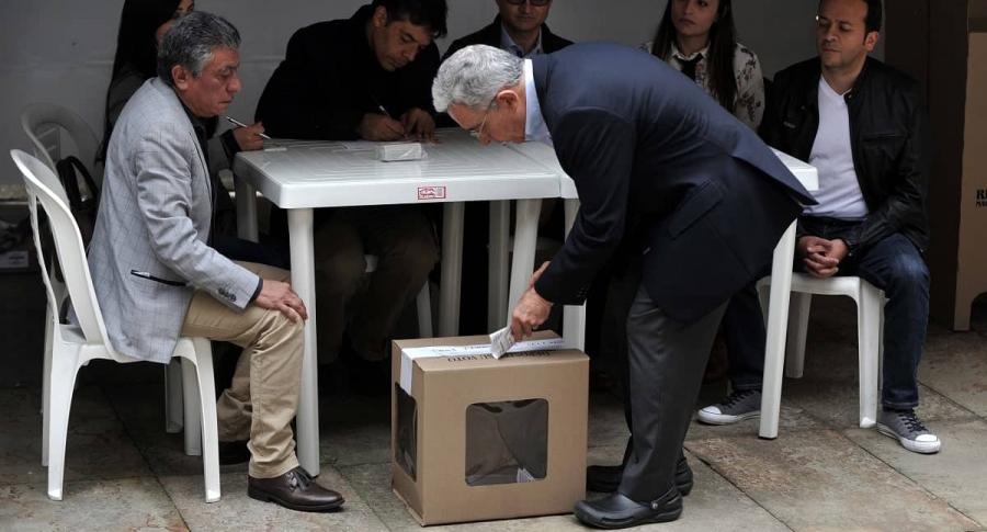 Álvaro Uribe Vélez deposita su voto en las elecciones del 2018.